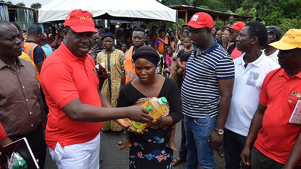 States Commissioner for Special Duties, Barrister Ernest Oweizu, joined the SPDC JV volunteers to distribute relief materials at Uwheru IDP camp in Ughelli North, Delta State.